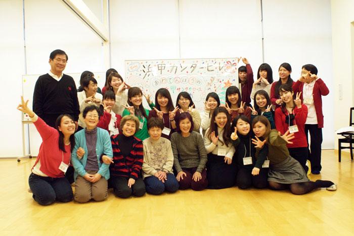 多田先生(最後列右端)が誇る浜甲カンタービレの学生たちと、活動を応援してくれる近隣住民の皆さん。